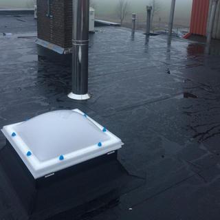 EPDM Rubbershell met PIR-isolatie en nieuwe acrylaat dakkoepels