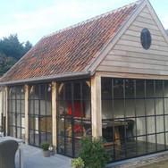 Eiken bijgebouw met smeedijzeren - stalen ramen en deuren