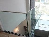 leuningen en overlopen in glas