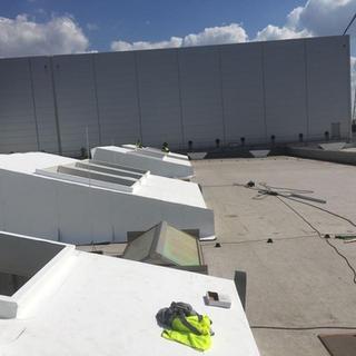Sheddaken met PIR-isolatie en witte TPO-waterdichting Firestone. 1ste faze van dakrenovatie van 4600 m² in Laakdal.
