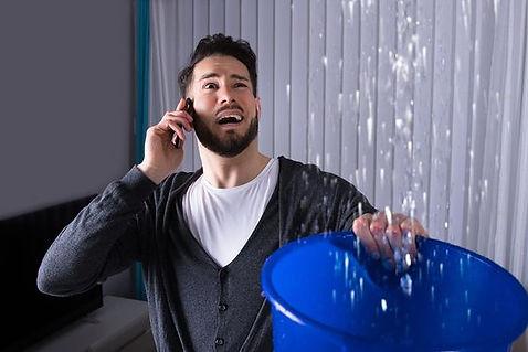 Man verzamelen van Water In de emmer terwijl hij belt naar Frank Service Bedrijf