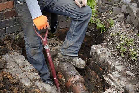 Frank Service Bedrijf die de rioolbuis ter plaatse repareert