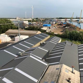 Vervangen van 4000 m² asbesthoudende golfplaten door geïsoleerde sandwichpanelen Joris Ide op een industriële site in Willebroek.