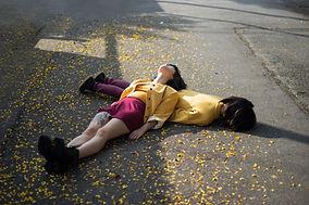 Девушки, лежащих на земле