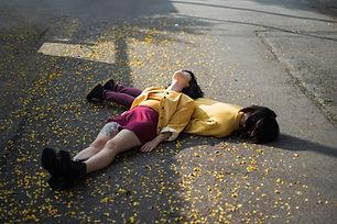 Filles étendue sur le sol