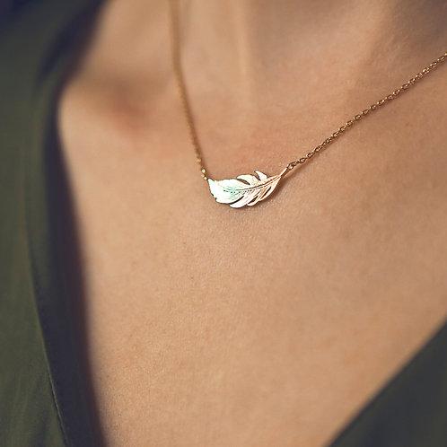 collier pour femme en plaqué or avec un pendentif plume