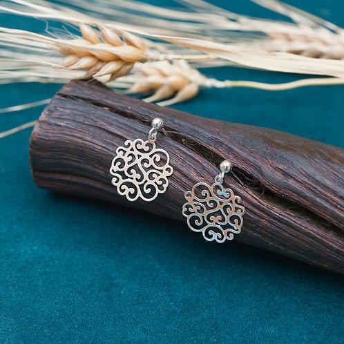 boucles d'oreilles pendantes avec pendents ciselés d'arabesques en argent