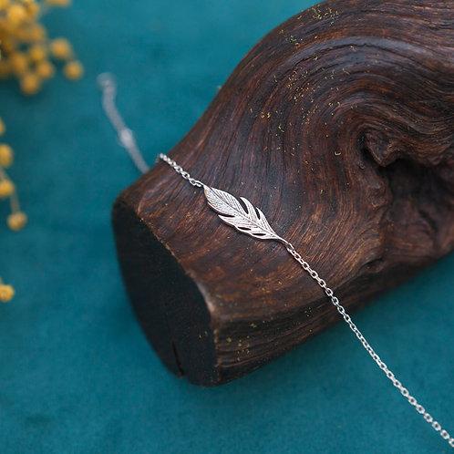 bracelet fin en argent avec petite plume