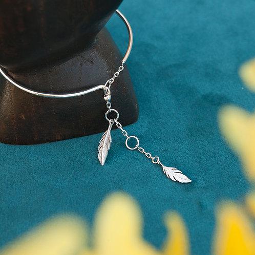 Bracelet jonc pour femme en argent 925 rhodié avec deux plumes qui se ferme avec une chaînette
