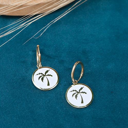 mini créoles pour femme en acier inoxydable avec pendentif médaille à motf palmier sur fond blanc