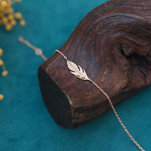 bracelet fin en plaqué or avec petite plume