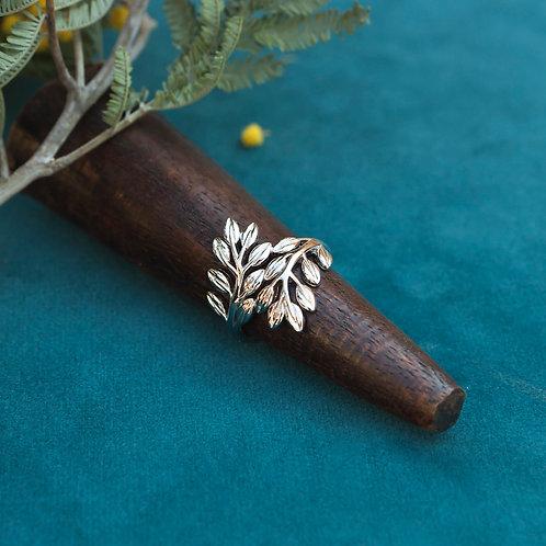 bague en argent avec deux feuilles d'olivier entrelacées