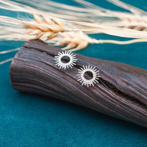 boucles d'oreilles en argent en forme de soleil à picots ajourés au centre