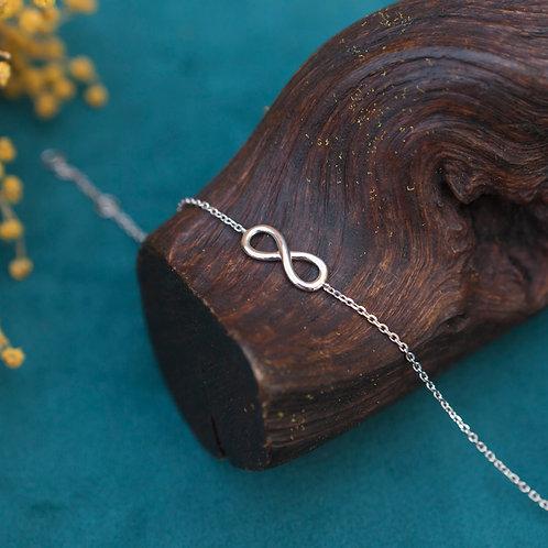 bracelet fin en argent avec le symbole infini