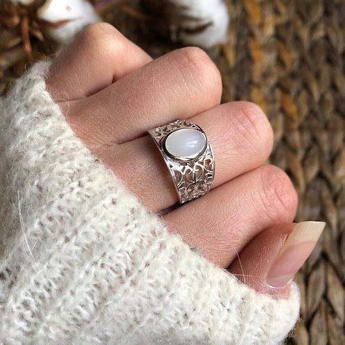 bague en argent avec anneau ciselé et pierre de lune ovale