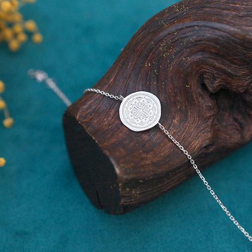 bracelet pour femme en argent avec pièce mat martelée de sigles style ethnique