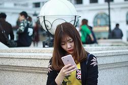 スマホ検索する女性.jpg