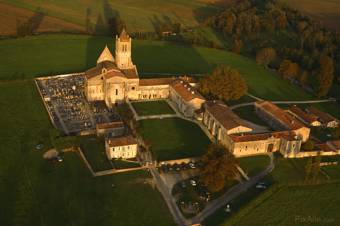 Abbaye de Sablonceau ( à 15 mins )