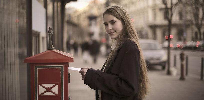 Boite-lettres-femme-rue_edited.jpg