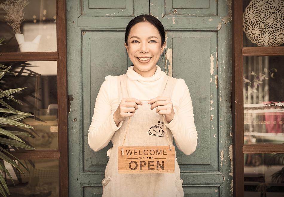 femme-bleu-cafe-open_edited_edited_edite