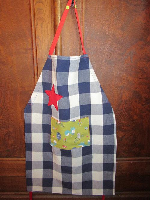 tablier enfant à carreaux bleu, vert avec renard et étoile rouge avec poche