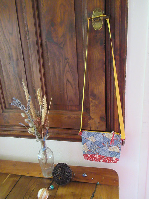 petit sac bandoulière en tissu rouge et bleu