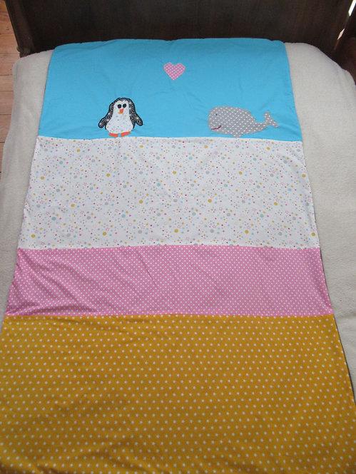 couverture bébé enfant inspiration patchwork jaune bleu rose appliqué pingouin baleine