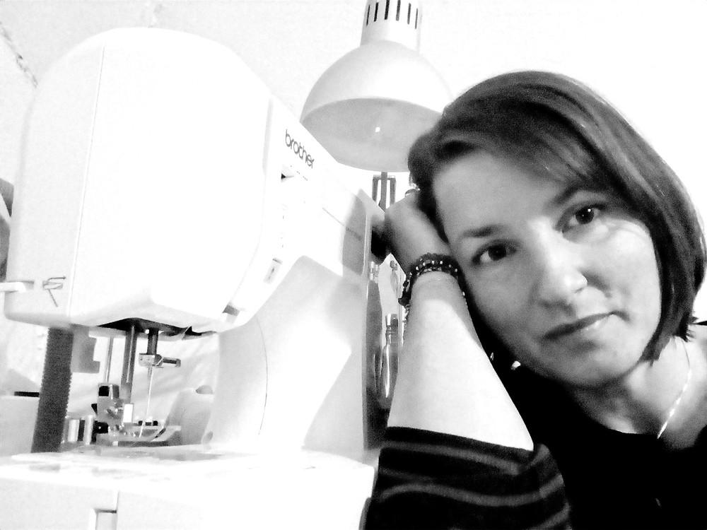 femme avec une machine à coudre