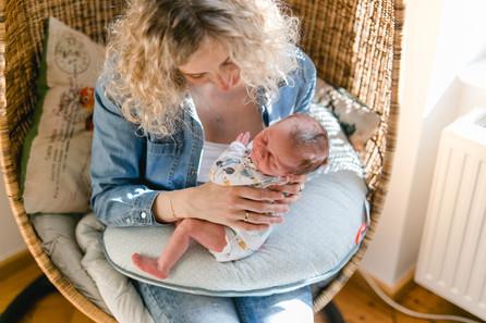Babyfotos mitten in München / Neugeborenenfotografie München / liebevolle und natürliche Babyfotogra