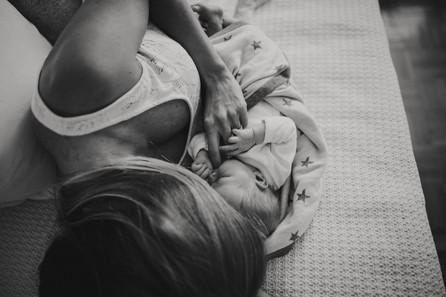 Willkommen im Leben kleine Olivia | Neugeborenenfotos in München | Natürliche Babyfotografie zuhause