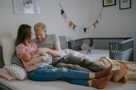 Neugeborenenfotos in München / Natürliche und authentische Familienbilder zuhause