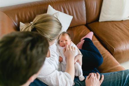 Familienhomestory mit der kleinen Elia zu dritt in München - Neugeborenenfotos zuhause
