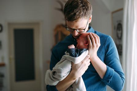Babyfotos mitten in München   Neugeborenenfotografie zuhause   Babyfotografin München