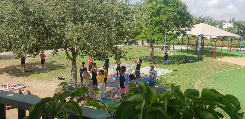 יוגה בפארק1.jpg