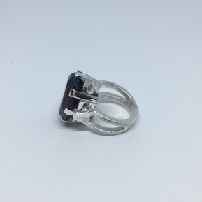 Oval stone ring from Leila Collection