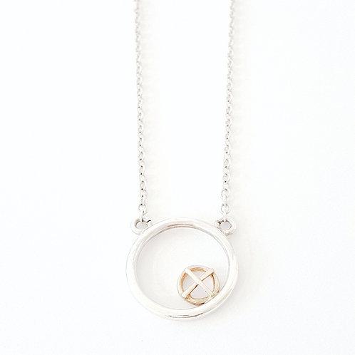 Encircled pendant gold Kiss Hug on silver