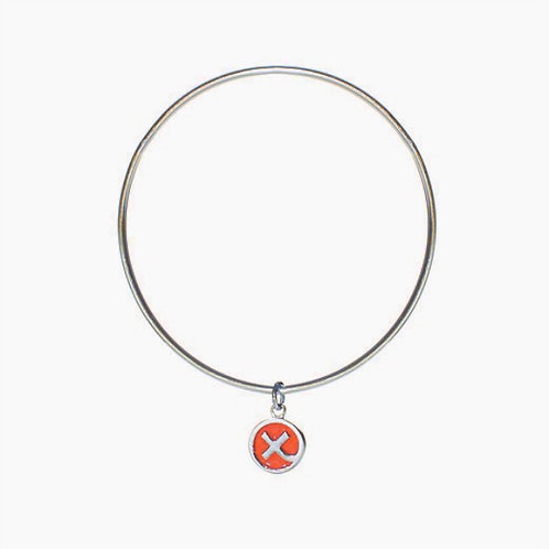 Silver bangle with enamelled Kiss in a Hug charm in nectarine