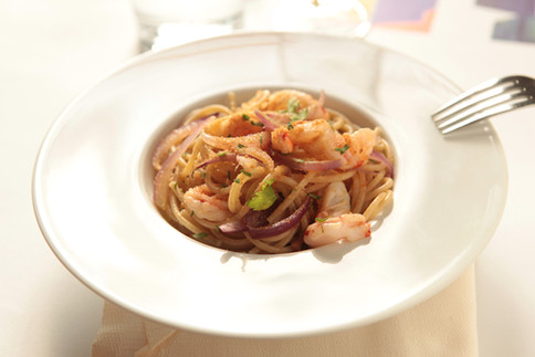 Spaghetti with prawns, red onion and tuna roe