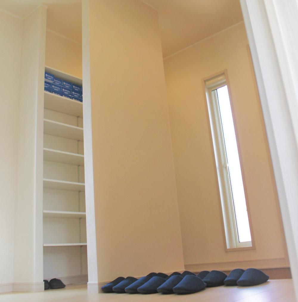 お客様用玄関と収納力抜群のご家族用玄関を備えています。