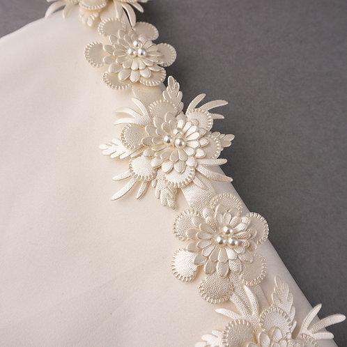 Blütenband aus glänzendem Kunstleder