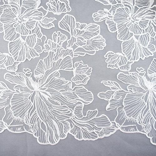 Tüll-Stickerei mit großen Blüten und Pailletten
