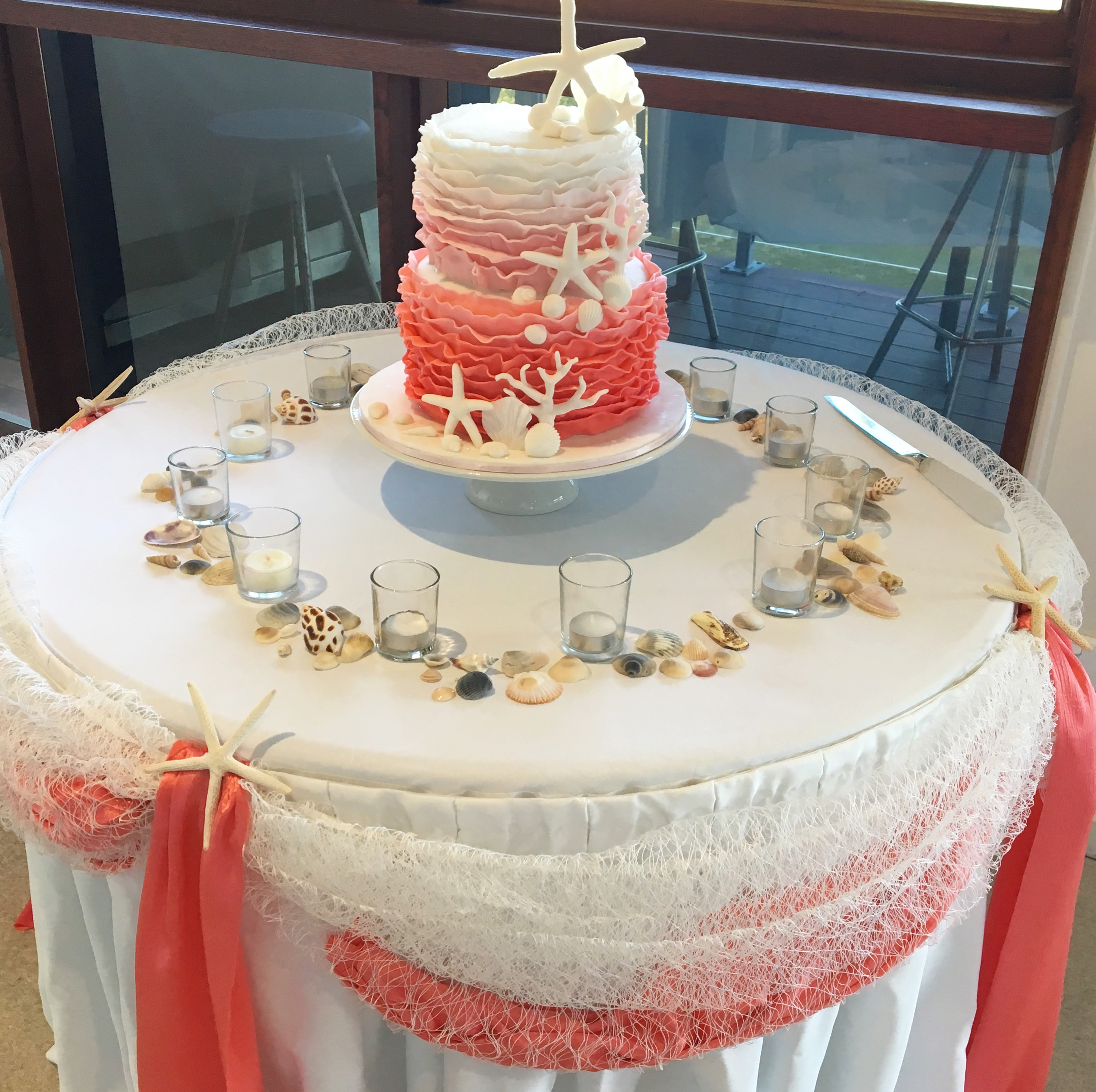 wedding_cake_coral_colour_strfish_shells.JPG