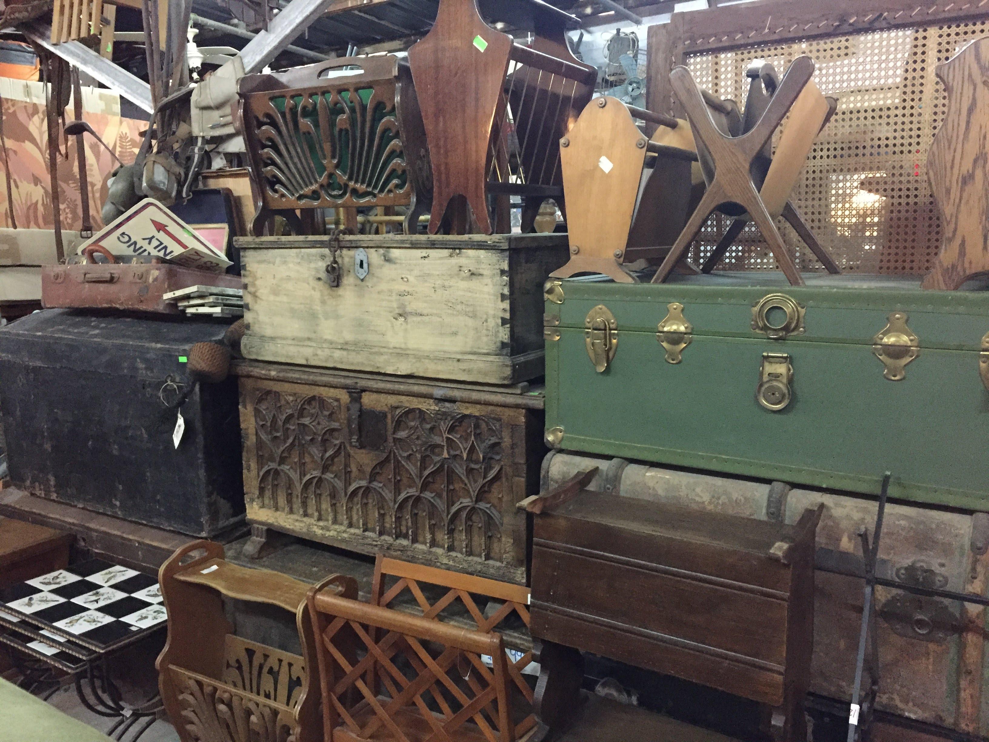 מבחר ארגזים ומזוודות