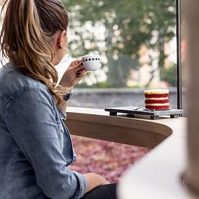 Pessoa bebendo Suplicy Cafés Especiais