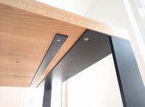 Esstisch mit Tischgestell aus Stahl,