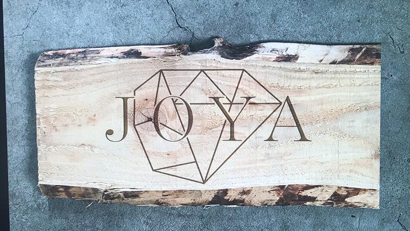 Houten logopaneel