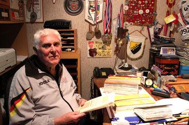 Klaus Mahlstedt mit seinen Aufzeichnunge