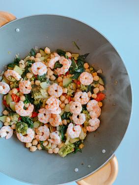 Wok de garbanzos, hortalizas y langostinos ¡Listo en 30 minutos!