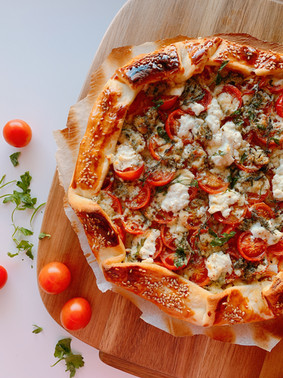 Galette de tomates cherrys, queso de cabra fresco y queso azúl