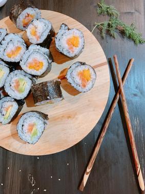Sushi fácil de salmón, mango y aguacate ¡Hazlo en casa!
